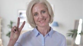 Zwycięstwo znak pozytyw Starzejącą się kobietą zbiory wideo