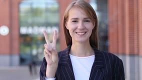 Zwycięstwo znak Pozytywną Biznesową kobietą zbiory wideo