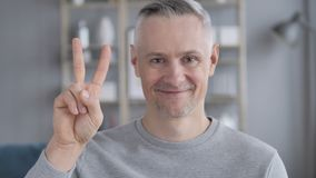 Zwycięstwo znak Pozytywnym Szarym Włosianym mężczyzną zdjęcie wideo