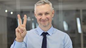 Zwycięstwo znak pozytywu Popielatym Włosianym biznesmenem zdjęcie wideo