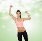 Zwycięzca atrakcyjna dziewczyna z sportami odziewa zdjęcia stock