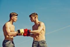 Zwycięzca i nieudacznik w bokserskich rękawiczkach zdjęcia royalty free