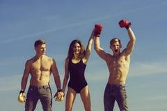 Zwycięzca i nieudacznik w bokserskich rękawiczkach z dziewczyną zdjęcia royalty free