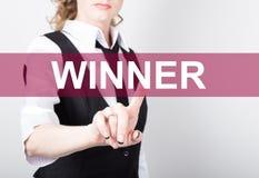 Zwycięzca pisać na wirtualnym ekranie Technologii, interneta i networking pojęcie, kobieta w koszula czarnych biznesowych prasach Obraz Royalty Free