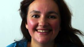 Zwycięzca sukces Kobiety odświętność i jej pomyślna wygrana excited uśmiecha się piękne młodą kobietą zdjęcie wideo