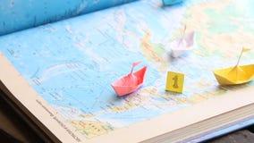 Zwycięzca w sportach w biznesowym przywódctwo pomysle lub, papierowe łodzie na mapie zdjęcie wideo