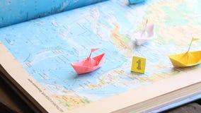 Zwycięzca w sportach w biznesowym przywódctwo pomysle lub, papierowe łodzie na mapie zbiory
