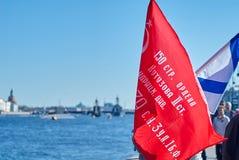 Zwycięska rosjanin flaga i St Andrew flaga na bulwarze Neva rzeka Zdjęcie Stock