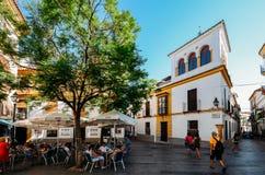 Zwyczajna ulica i taras w historycznym Żydowskim Kwartalnym centre cordoba, Andalucia, Hiszpania - UNESCO światowe dziedzictwo fotografia stock