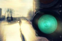 Zwyczajna ulica w słońcu przy światła ruchu w wiośnie Fotografia Stock