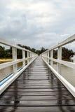 Zwyczajnego mosta skrzyżowanie na chmurzącym i drizzly dniu zdjęcie royalty free