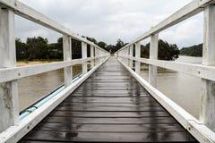 Zwyczajnego mosta skrzyżowanie na chmurzącym i drizzly dniu Obrazy Stock