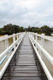 Zwyczajnego mosta skrzyżowanie na chmurzącym i drizzly dniu obraz royalty free
