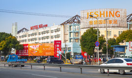 Zwyczajnego ranku uliczny widok w nowożytnej części Szanghaj miasto Zdjęcie Stock