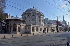 Zwyczajni ludzi chodzą na ulicie w starym środkowym okręgu Istanbuł miasto blisko Yahya Kemal Muzesi obraz royalty free