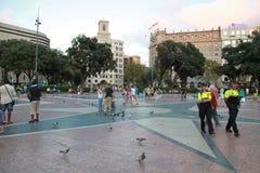 Zwyczajni ludzi i policjanci chodzi na placa De Catalunya Zdjęcie Royalty Free
