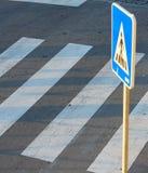 zwyczajny drogowy crosswalk zebry znak fotografia royalty free