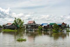 Zwyczajny dzień w spławowej wiosce na Tonle aproszy rzece blisko Phnom P fotografia stock
