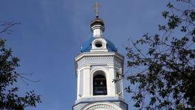 Zwyczajny kościół z pozłacaniem Miastowa architektura w małomiasteczkowym miasteczku zdjęcie wideo