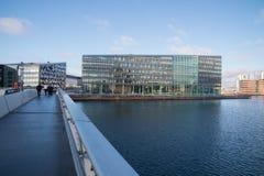 Zwyczajny most Bryggebroen prowadzi nowożytni budynki biurowi, Kopenhaga, Dani Zdjęcia Royalty Free