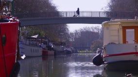 Zwyczajny most nad rzeką i statki w centrum miasta zbiory wideo
