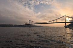 Zwyczajny most w Kyiv przez Dnipro rzeki w wschodzie słońca Fotografia Royalty Free