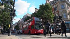 Zwyczajny skrzyżowanie, ruch drogowy, taxi i czerwoni dwoistego decker Londyńscy autobusy w Oksfordzkiej ulicie, Londyn, Anglia zdjęcie wideo