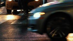 Zwyczajny skrzy?owanie Samochodowy ruch drogowy nowy York noc zdjęcie wideo