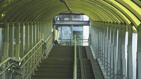 Zwyczajny wiadukt wyposaża z nowożytną rampą dla niepełnosprawni żelazni poręczy elementy i barwiony szkło infrastructur obrazy stock