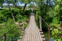 Zwyczajny zawieszenie most nad rzecznym Luzha Kaluzhskaya region, Rosja fotografia stock