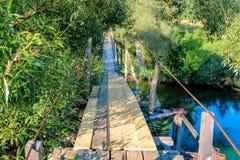 Zwyczajny zawieszenie most nad rzeką obraz stock