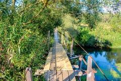 Zwyczajny zawieszenie most nad rzeką zdjęcie stock
