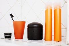 Zwykły materiał w łazience, szampon, akcesoria, czarny elegancki toothbrush, przypadkowy normalny istny tło Obraz Royalty Free