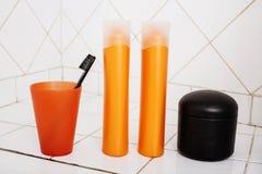 Zwykły materiał w łazience, szampon, akcesoria, czarny elegancki toothbrush, przypadkowy normalny istny tło Zdjęcia Royalty Free