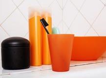 Zwykły materiał w łazience, szampon, akcesoria, czarny elegancki toothbrush, przypadkowy normalny istny tło Zdjęcie Stock