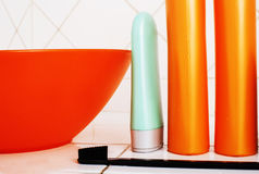 Zwykły materiał w łazience, szampon, akcesoria, czarny elegancki toothbrush, przypadkowy normalny istny tło Obrazy Royalty Free