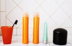 Zwykły materiał w łazience, szampon, akcesoria, czarny elegancki zbyt Obraz Stock