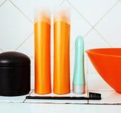 Zwykły materiał w łazience, szampon, akcesoria, czarny elegancki zbyt Obrazy Stock