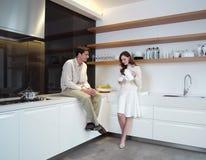 Молодые пары в zx кухни Стоковые Изображения