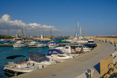 Zygi,塞浦路斯- 2017年3月13日:有速度的小船的Zygi港口 库存照片