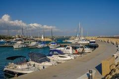 Zygi Cypern - mars 13, 2017: Zygi hamn med hastighetsfartyg Arkivfoton