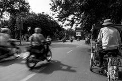 Zyklo Ausflug von Hanoi in Vietnam mit den Rollern, die auf das links überschreiten lizenzfreie stockfotos