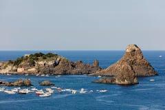 Zykloparchipel in der Bucht Aci Trezza Lizenzfreie Stockfotos