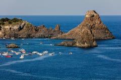 Zykloparchipel in der Bucht Aci Trezza Stockbild