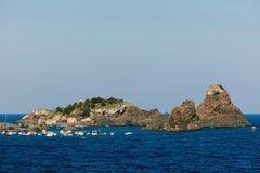 Zykloparchipel in der Bucht Aci Trezza Stockbilder