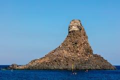 Zykloparchipel in der Bucht Aci Trezza Stockfoto