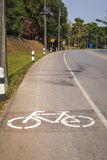 Zyklus-Weg mit Radfahrer Stockfotos