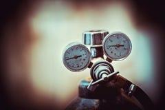 Zylinder mit Gas und Manometer stockbilder