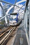 Zylinderförmiger geformter Rahmen um erhöhte U-Bahnbahn im Stadtzentrum, Den Haag, die Niederlande Stockfotografie