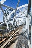 Zylinderförmiger geformter Rahmen um erhöhte U-Bahnbahn im Stadtzentrum, Den Haag, die Niederlande Lizenzfreie Stockbilder
